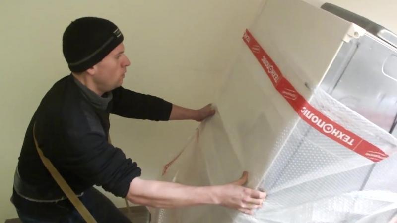 Несем огромный холодильник. Грузоперевозки Николаев, услуги грузчиков._HD.mp4