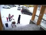 Снег с крыши обрушился на женщин и ребёнка в Видяево