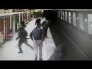 Парень спас малыша в миланском метро