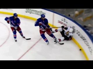 Брэндан Смит толкает на борт Марка Боровецки