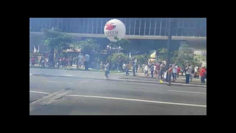 PM atira bombas de gás em professores que protestavam em frente à Câmara Municipal de SP