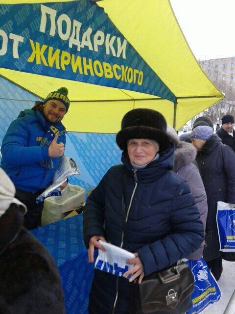 За бейсболками и зонтами Жириновского в Томске выстроилась очередь