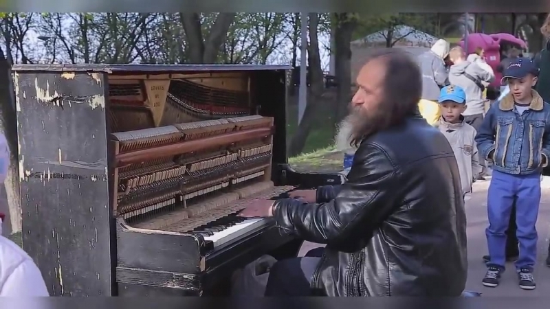Бездомный классно сыграл на пианино