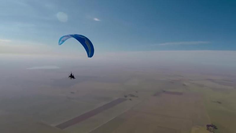 Человек привязал себя к 100 гелиевым шарикам и летит над землей 2,5 км в воздухе в Южной Африке