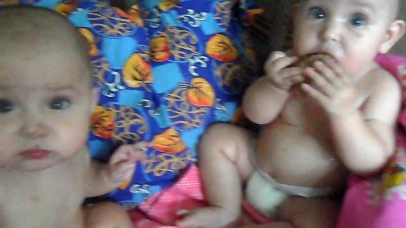 Анечке и Сонечке 6 месяцев