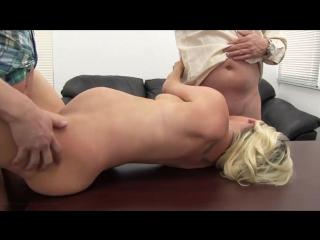 Беременная тётенька впервые пришла на порно кастинг и отдалась сразу двум операторам