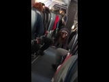 подсмотрено в небе). йога на высоте 10 тыс метров. справедливости ради надо сказать, что окружающие, в основном, не поняли) Yoga On A Plane