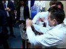 Рогозин показывает гостю , как топят таксу