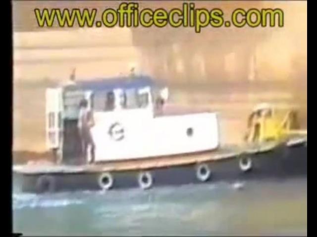 Ship drops anchor on tug boat - АКВАТОРИЯ ЙОПТА!!