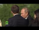 Er hat es wieder getan und die Bild hat ihren nächsten Affront - Putin schenkt Macrons Frau Blumen