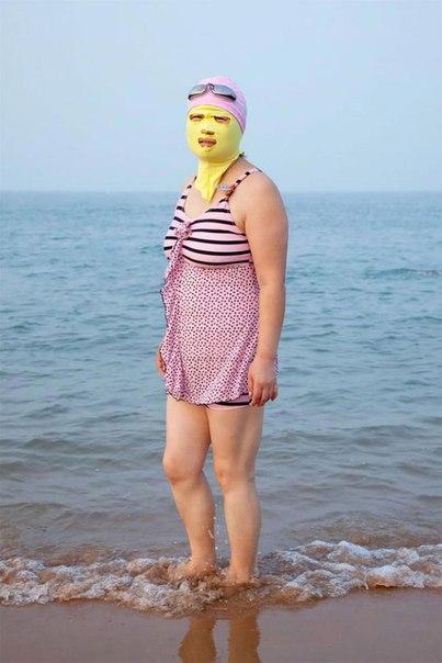 Фотограф Филипп Энгельхорн создал проект «Swimmers» в рамках которого он снимал причудливые купальники, которые носят женщины на китайских пляжах. Мы привыкли что на всех пляжах мира люди стремятся как можно сильнее оголиться, чтобы кожа приобрела красивы