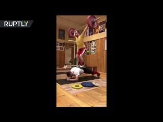 Обычная тренировка русских тяжелоатлетов- планка с человеком и штангой общим весом 200 кг