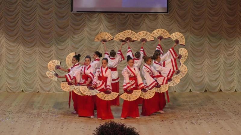 Стилизованный японский танец с веерами