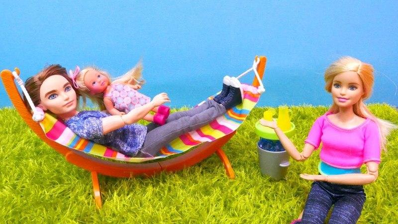 Barbie español. Muñecas tienen una hamaca. Vídeos para niñas.