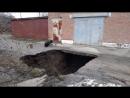 У Полтаві вода підмила асфальт і утворила двометрове провалля під гаражем