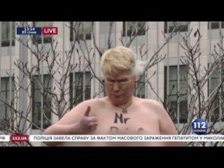 Активистка Femen в маске Трампа и нарисованной ядерной кнопкой на груди провела акцию