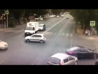 Очень странное поведение водителя поршака. После первой аварии не выключайте