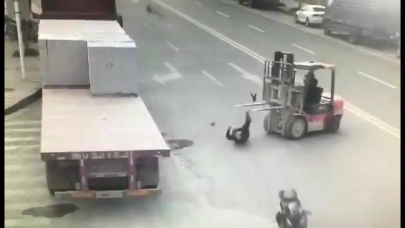 китайцу снесло башню от столкновения с погрузчиком