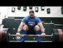 Хафтор Бьёрнсон тянет 455 кг в кистевых лямках