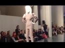 Падения модели на показе Jean Paul Gaultier Haute Couture