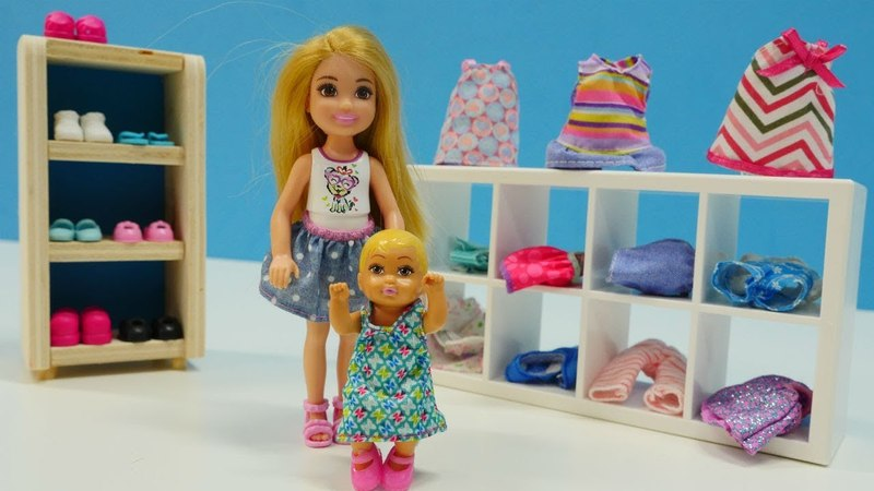 Barbie ailesi bebek için alışveriş yapyor
