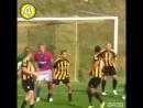 Вратарь спас свою команду, забив удивительный гол на последних минутах