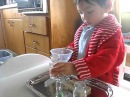 Переливание воды Домашняя Монтессори практика