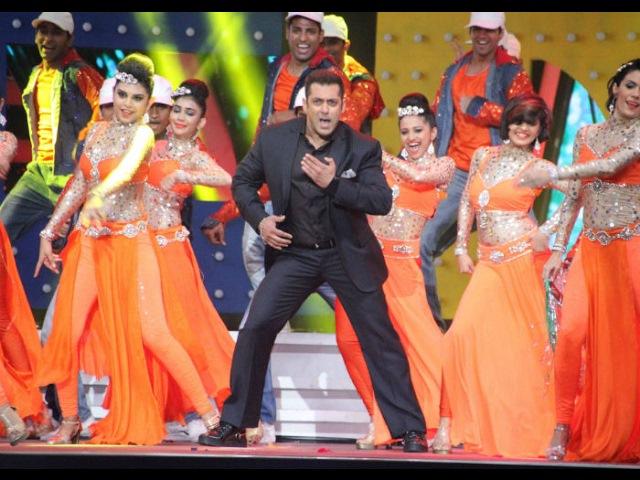 Salman Khan Hot performance in Award Show 2017 | Sultan, Dabanng and Bajrangi Bhai jaan Style