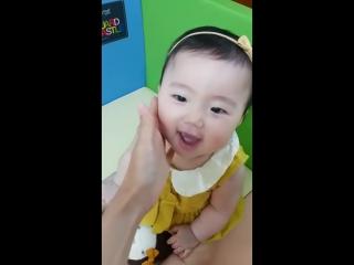 2 летний корейский ребенок, говорит 화이팅 (удачи)!
