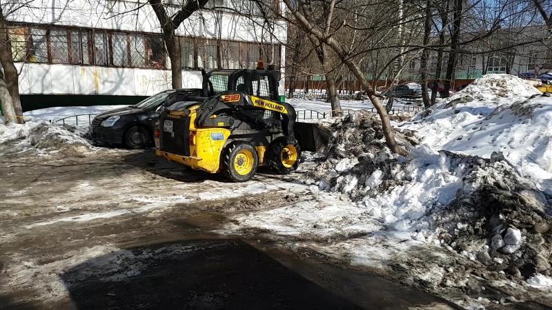 Снег с реагентами сваливают на газоны 20.03.2018 район Печатники