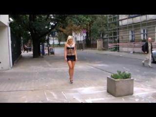 Блондинка в черной мини юбке гуляет по улицам