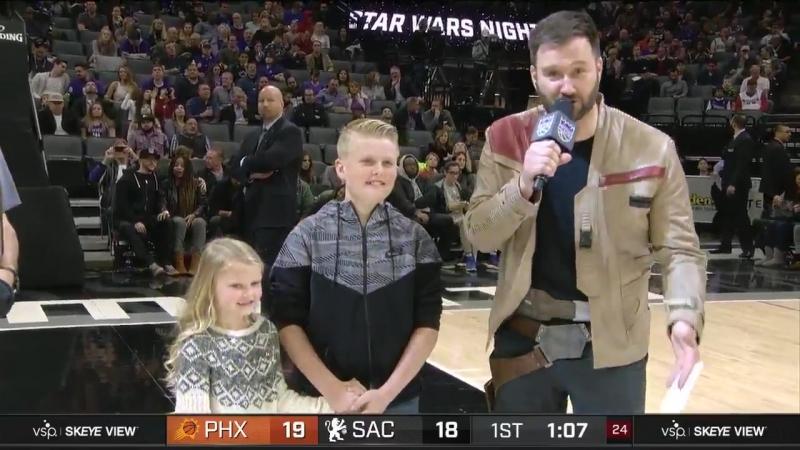 Трогательная встреча отца и детей после долгого разлучения в перерыве баскетбольного матча