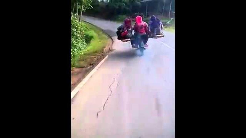 Индусы на несчастном мотоцикле