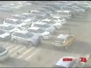Маленький мальчик угодил под колеса такси в Уссурийске. Момент происшествия попал в объектив камеры наружного наблюдения