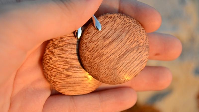 Серьги из древесины меранти