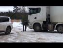 Девчонки на прадо вытаскивают застрявшего дальнобойщика