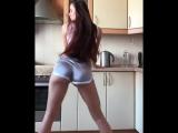Домашний тверк - студентка профессионально трясет своей милой упругой попкой, секс молодая юная жопа попа ass
