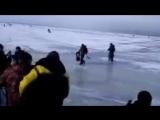 Как волна ломает лёд под рыбаками. How the wave breaks the ice under the fisherm