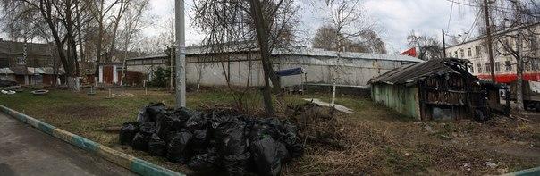 Сбор сухих листьев после зимы. На это ведь выделили деньги, а на уборку за гаражами — нет.  30 апреля 2018
