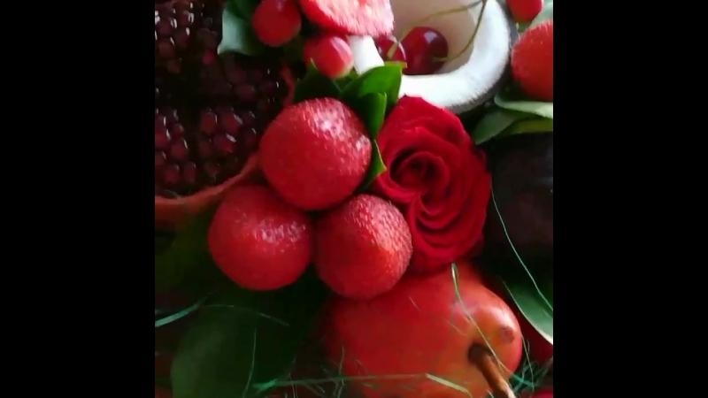 Ещё один красный прекрасный фруктовый букет 🌹🌹🌹🍒🍇🍓🍎