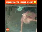 Девушка в роли русалки плавает в аквариуме