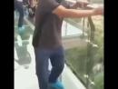 Китайские туристы на стеклянном мосту