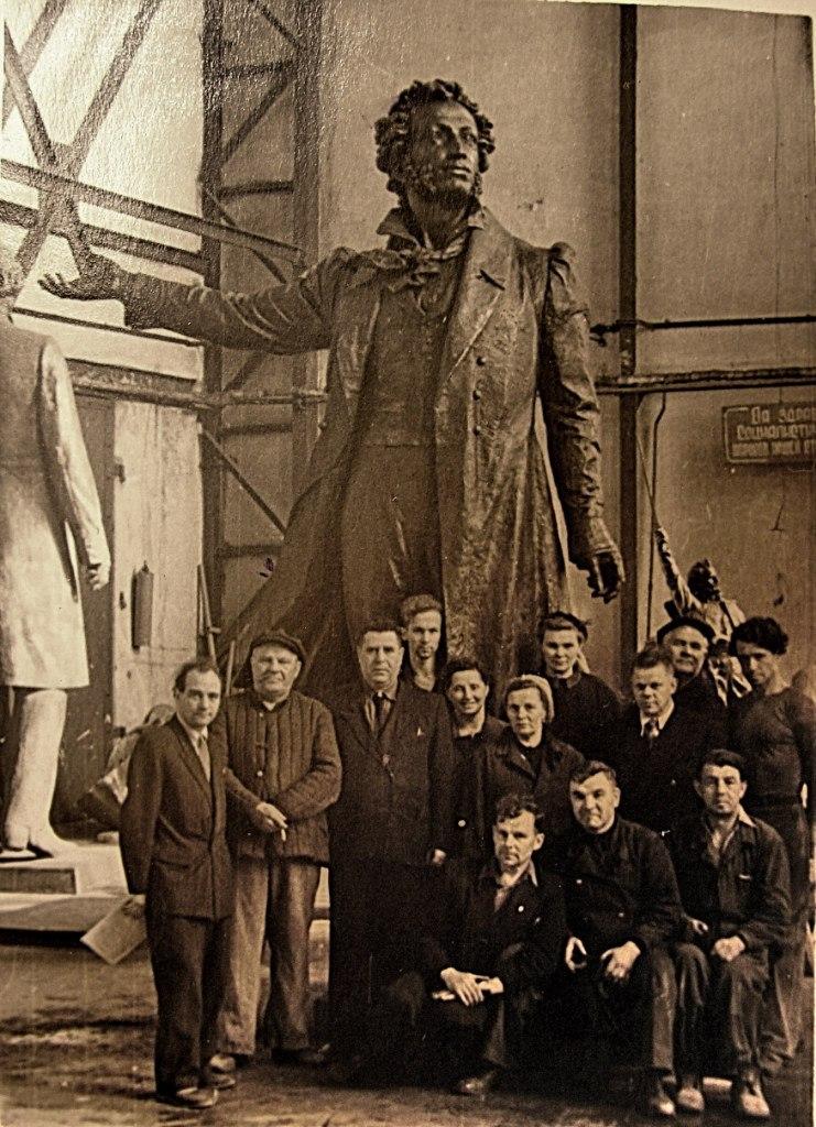 Группа участников отливки памятника А.С. Пушкину.1957 г.