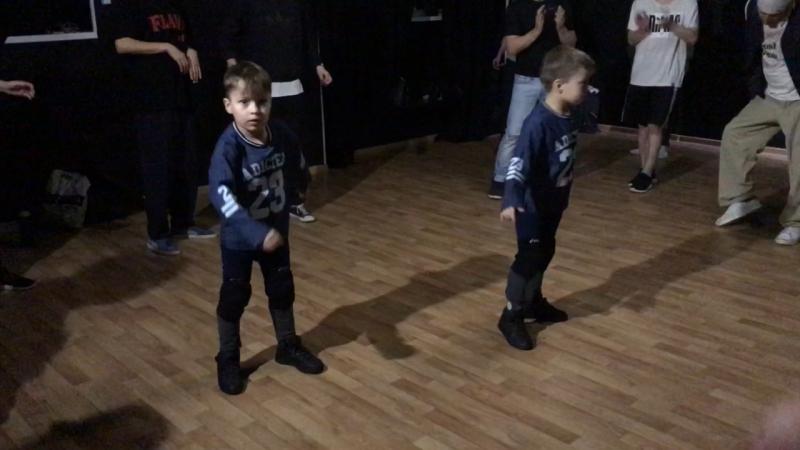 Танцующие близнецы