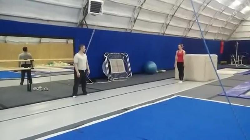 Оля.рондат-2 флякатренировкистренером coach_khrapov прыжкинабатуте tambling trampoline balans hаndtohаnd equilibration