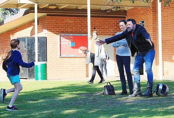 Дружная семья: Бен Аффлек навестил детей на игровой площадке