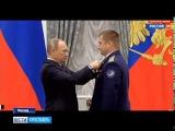 Владимир Путин вручил космонавту Алексею Овчинину звезду Героя России