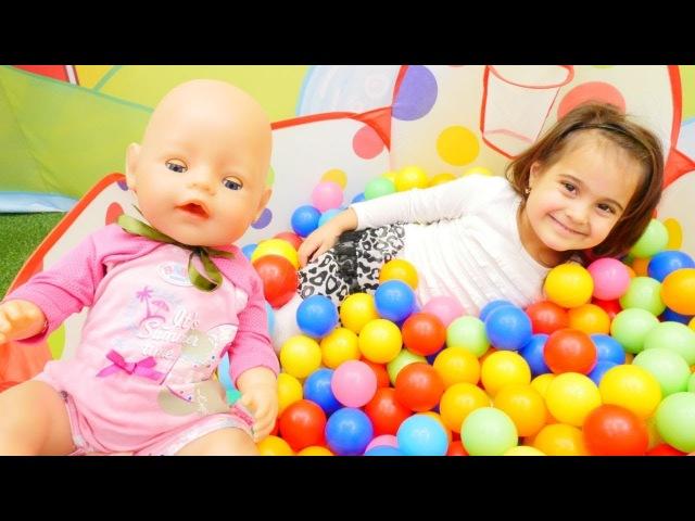 Maşanın oyuncakları. Bebek Emily banyo yapıyor