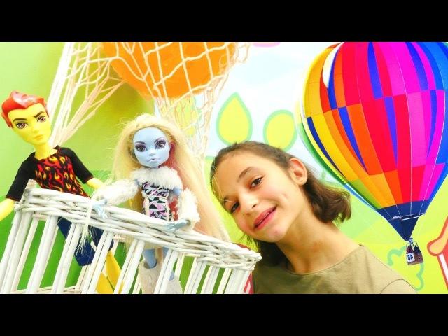 Heat ve Abbey uçan balonla romantik gezmesi MonsterHigh