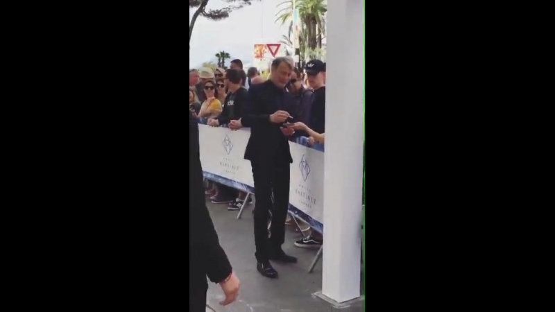 VIDEO Mads early this morning outside the @martinezhotel sign autographs for these fans, Cannes, France. via Nr.narit IGStories